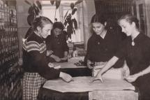 Студенти- випускники знайомляться з бібліотечною технікою в Полтавській обл. мед. бібліотеці
